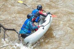 El transportar en balsa en primavera Amata del río, Letonia Gente y barco, agua Imagen de archivo libre de regalías