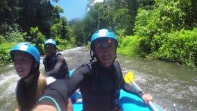 El transportar en balsa en el río de la montaña en Indonesia almacen de metraje de vídeo
