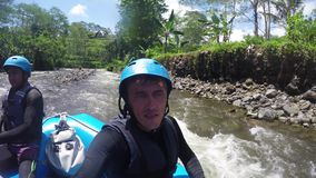 El transportar en balsa en el río de la montaña en Indonesia metrajes