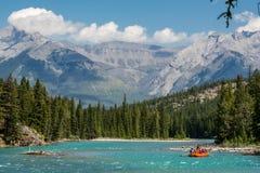 El transportar en balsa en el río del arco en el nacional de Banff Fotografía de archivo libre de regalías