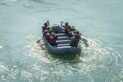 El transportar en balsa en el río Ganges en Rishikesh la India imagen de archivo