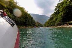 El transportar en balsa en el río Tara de la montaña Imagen de archivo libre de regalías
