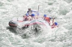 El transportar en balsa, salpicando el agua blanca fotografía de archivo libre de regalías