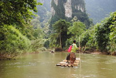 El transportar en balsa a través de la selva Fotografía de archivo