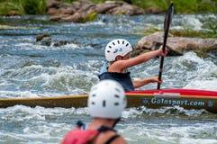 El transportar en balsa y el kayaking Un adolescente enganchó hábilmente a transportar en balsa bajo el control de padre-instruct Imagenes de archivo