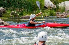 El transportar en balsa y el kayaking Un adolescente enganchó hábilmente a transportar en balsa bajo el control de padre-instruct Imagen de archivo