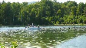 El transporte del barco en el río, monta abajo de un río tropical hermoso, grupo de gente feliz en el lago Motora con almacen de metraje de vídeo