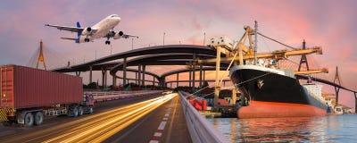 El transporte del panorama y el concepto logístico en barco del camión acepillan