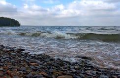 El traslapar en onda de la orilla Foto de archivo