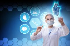 El tratamiento del corazón en concepto de la telemedicina imagenes de archivo