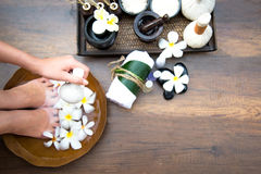 El tratamiento y el producto del balneario para los pies y la manicura femeninos clava el balneario, Tailandia, foco selecto Foto de archivo