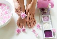 El tratamiento y el producto del balneario para los pies y la manicura femeninos clava el balneario con la flor rosada, espacio d Foto de archivo