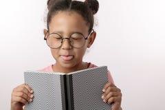 El ` travieso t del doesn de la muchacha le gusta leer los libros imagen de archivo
