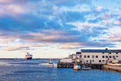 El trazador de líneas grande de la pasajero-y-carga entra en el puerto noruego foto de archivo