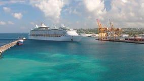 El trazador de líneas de la travesía entra en área del agua del puerto Bridgetown, Barbados metrajes