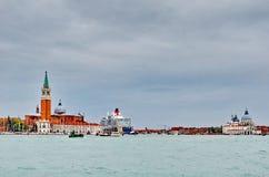 El trazador de líneas de la travesía de la reina Elizabeth 2 llega en Venecia fotografía de archivo