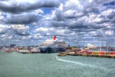 El trazador de líneas y el barco de cruceros transatlánticos de alta mar de Queen Mary 2 en Southampton atraca Inglaterra Reino U Imágenes de archivo libres de regalías
