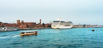 El trazador de líneas de la travesía atracó en la ciudad vieja de Venecia Fotografía de archivo libre de regalías