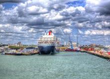 El trazador de líneas y el barco de cruceros transatlánticos de alta mar de Queen Mary 2 en Southampton atraca Inglaterra Reino U Imagenes de archivo