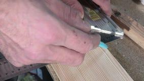 El trazar usando un cuadrado y un lápiz metrajes