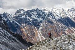 El Trekker va abajo del La de Larke del fron pasa encendido viaje del circuito de Manaslu adentro Imagenes de archivo