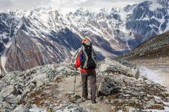 El Trekker va abajo del La de Larke del fron pasa encendido viaje del circuito de Manaslu adentro Fotos de archivo