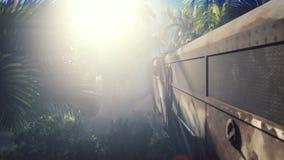 El tren abandonado en la selva en el medio de las palmeras y de la vegetación tropical ilustración del vector