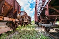 El tren abandonado viejo del cargo dos fija la situación en algunas vías viejas fotos de archivo