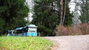 El tren azul con los coches se va en el camino metrajes