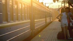El tren azul de los coches se mueve apagado desde el tren metrajes