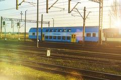 El tren azul del autobús de dos pisos del pasajero imagen de archivo libre de regalías