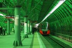 El tren de 'Lastochka 'llega la estación del 'centro de negocios 'del anillo central de Moscú, Moscú imagenes de archivo
