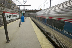 El tren de Amtrak sale estación de tren de New Rochelle, Nueva York, Nueva York Foto de archivo libre de regalías
