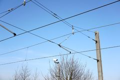 El tren de arriba ata con alambre los cables de la tranvía fotos de archivo libres de regalías