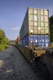 El tren de carga acarrea mercancías para comercializar Imagenes de archivo