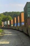 El tren de carga acarrea mercancías para comercializar Foto de archivo libre de regalías