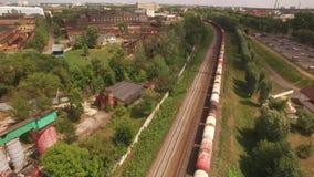El tren de carga eléctrico, locomotora mueve paseos por el carril con los carros, transporte, entrega el barril, gasolina, el tan almacen de metraje de vídeo