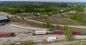 El tren de carga está viajando lentamente a través del territorio del plan total de la fábrica de carpintería Antena moderna de l almacen de metraje de vídeo
