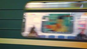 El tren de cercanías rápido monta lejos de la plataforma en la estación de metro almacen de video