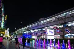 El tren de cielo y la puerta delantera en el centro del orgullo del modelo de Tailandia de Bangkok Tailandia Fotos de archivo libres de regalías