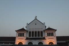 El tren de Cirebon es señal internacional de la estación de Cirebon foto de archivo