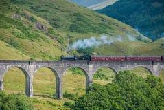 El tren de Jacobite sobre el viaducto de Glenfinnan Foto de archivo libre de regalías