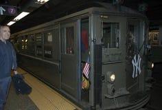 El tren de la baja tensión para en la 42.a calle dirigida al Yankee Stadium Imagen de archivo libre de regalías