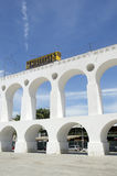 El tren de la tranvía de Bonde en Arcos DA Lapa arquea a Rio de Janeiro Brazil Foto de archivo