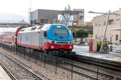 El tren de pasajeros interurbano llega la plataforma del ferrocarril de Mirkaz Shmona en Haifa, Israel fotos de archivo libres de regalías