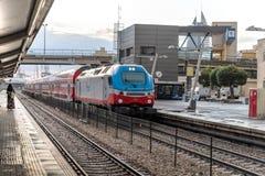 El tren de pasajeros interurbano llega la plataforma del ferrocarril de Mirkaz Shmona en Haifa, Israel fotografía de archivo