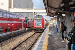 El tren de pasajeros interurbano llega la plataforma del ferrocarril de Mirkaz Shmona en Haifa, Israel foto de archivo