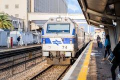 El tren de pasajeros interurbano llega la plataforma del ferrocarril de Mirkaz Shmona en Haifa, Israel fotografía de archivo libre de regalías