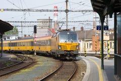 El tren de pasajeros de la compañía del transporte de RegioJet llega en el ferrocarril de Brno fotografía de archivo libre de regalías