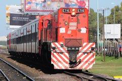 El tren de pasajeros llega. Foto de archivo